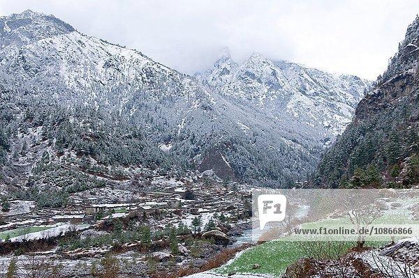 Verschneite Bergtal-Landschaft