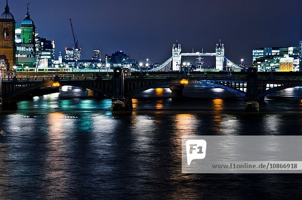 Londoner Brücken bei Nacht beleuchtet