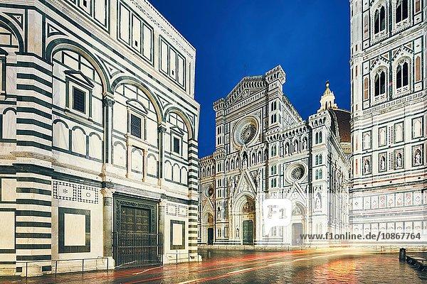 Ansicht des Doms von Florenz  Baptisterium St. Johannes und Giotto's Campanile bei Nacht  Florenz  Italien