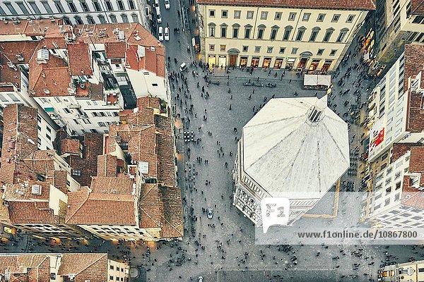 Draufsicht auf die Touristen und das Baptisterium St. Johannes  Florenz  Italien