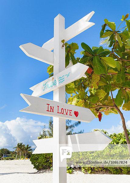 Weißes touristisches Hinweisschild am Strand  Dominikanische Republik  Karibik