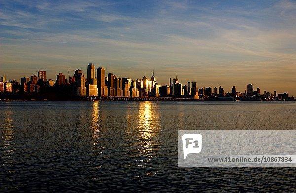 Sonnenuntergangsansicht von Manhattan  New York City  USA