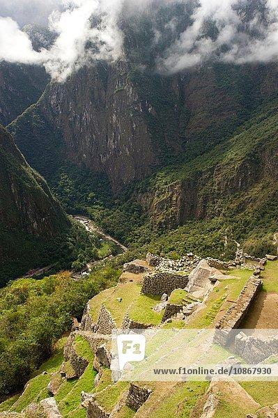 Blick ins Tal  Nebel am frühen Morgen bei Machu Picchu  Peru