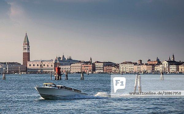 Piazza San Marco auf der anderen Seite des Kanals  Venedig  Italien
