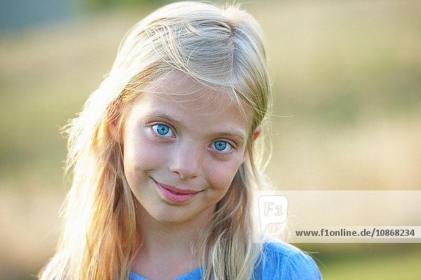 Porträt eines jungen Mädchens im Feld