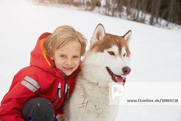 Porträt von Junge und Husky im Schnee  Elmau  Bayern  Deutschland
