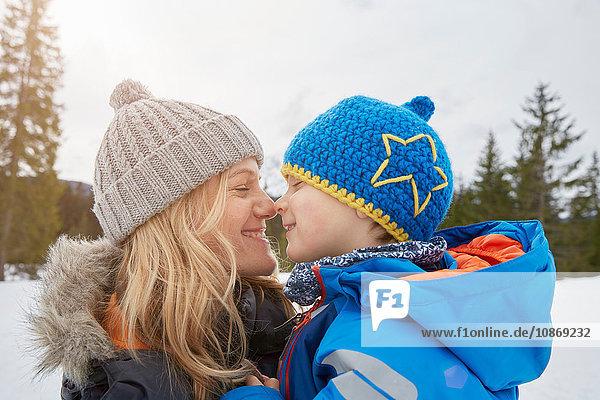 Porträt von Mutter und Sohn Nase an Nase im Winter  Elmau  Bayern  Deutschland