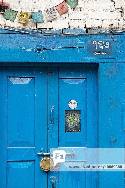 Blaue Holztür mit Vorhängeschloss