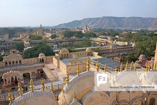 Blick über die Spitze des Hawa Mahal ''Palast der Winde'' in Jaipur  Rajasthan  Indien