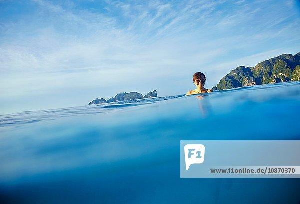 Junge Frau beim Wassertreten im Meer  Phi Phi-Inseln  Thailand