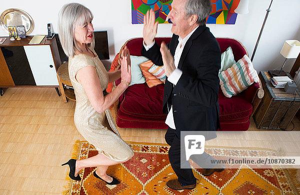 Verkleidetes und tanzendes Paar zu Hause