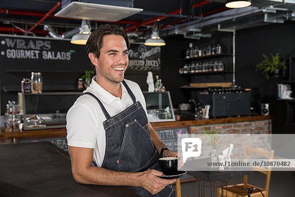Fröhlicher Gastronom macht Kaffeepause