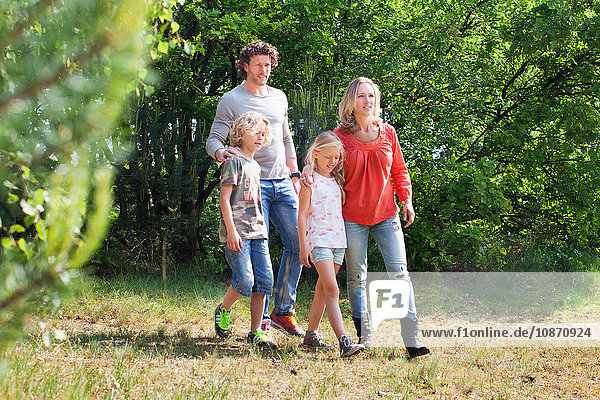 Familie geht gemeinsam im Wald spazieren