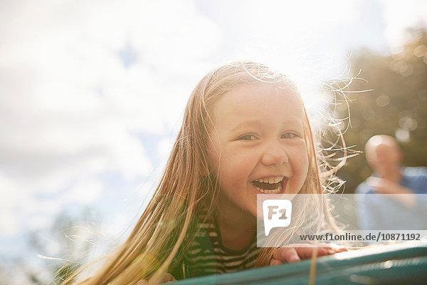 Porträt eines Mädchens  das lächelnd in die Kamera schaut