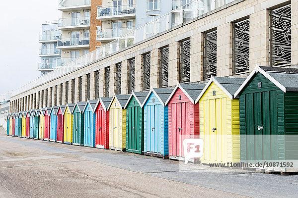 Reihe von farbenfrohen Strandhütten  Bournemouth Beach  Bournemouth  Dorset  UK