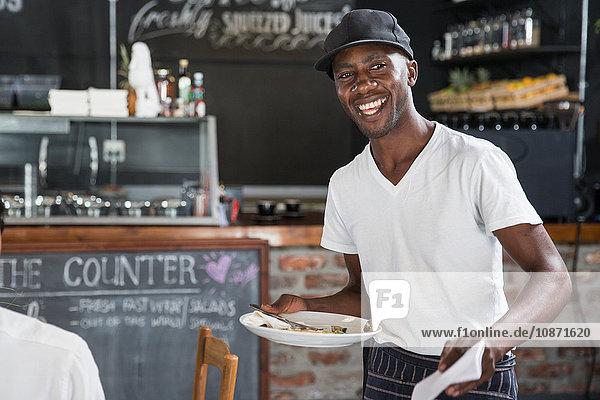 Kellner bei der Tischreinigung in Restaurants