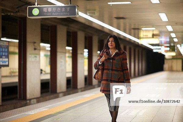Reife Frau in der städtischen U-Bahn-Station,  Tokio,  Japan