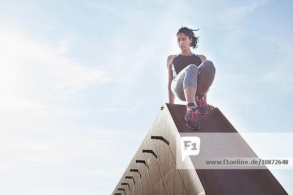 Ausbildung von Frauen  Umzug über die städtische Fußgängerbrücke