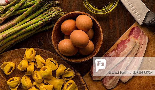 Draufsicht auf rohe und zubereitete Lebensmittel  Teigwaren  Eier und Spargel