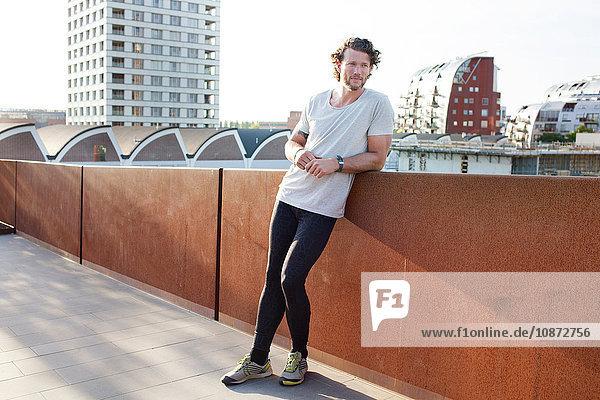 Ausbildung von Männern,  die sich an eine städtische Fußgängerbrücke lehnen