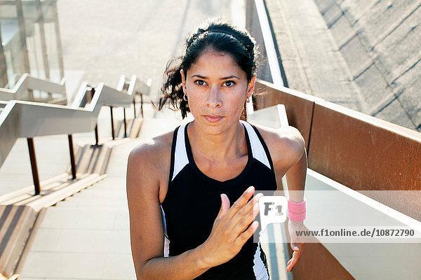 Entschlossene Läuferin läuft die Stadttreppe hinauf
