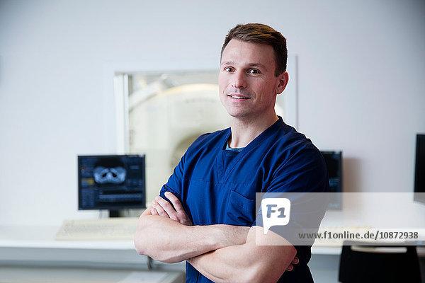 Porträt eines Arztes im CT-Röntgenkontrollraum