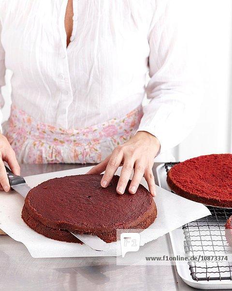 Herstellung von rosa Samt-Schokoladenkuchen Herstellung von rosa Samt-Schokoladenkuchen