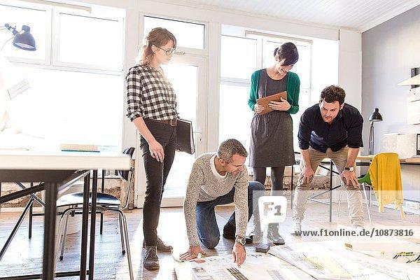Architekten diskutieren Entwurf für Büroetage