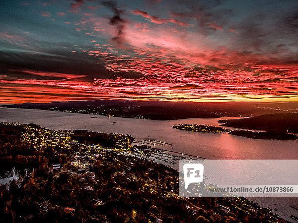 Erhöhte Ansicht des Sonnenuntergangs über der Stadt Drobak  Norwegen