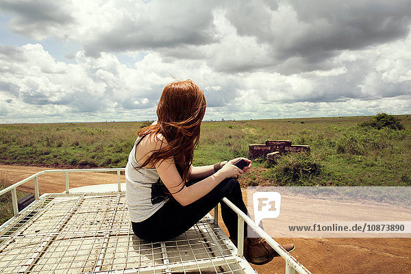 Frau genießt die Fahrt auf einem Fahrzeug im Wildpark  Nairobi  Kenia