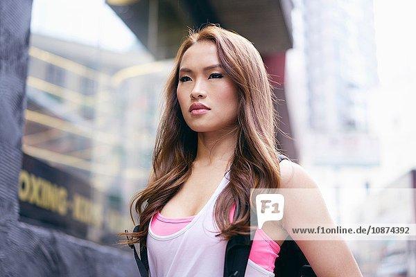 Porträt einer schönen jungen Frau mit langen braunen Haaren auf der Straße