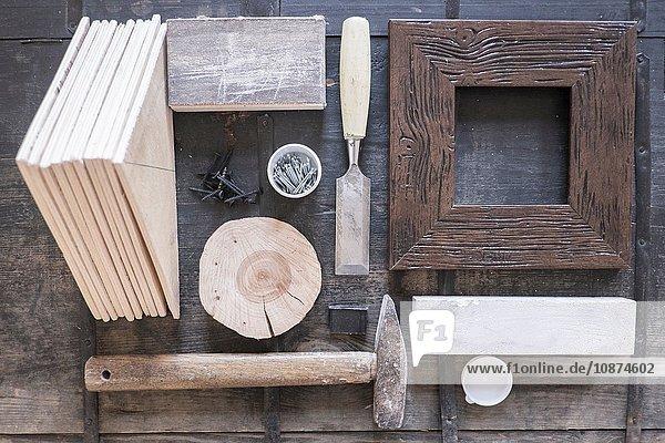 Draufsicht auf Rahmen,  Meißel,  Hammer und Holzteile