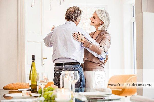 Älteres Paar zu Hause  das zusammen tanzt