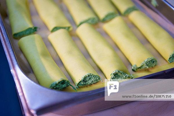 Ricotta-Cannelloni in traditioneller italienischer Restaurantküche  Nahaufnahme