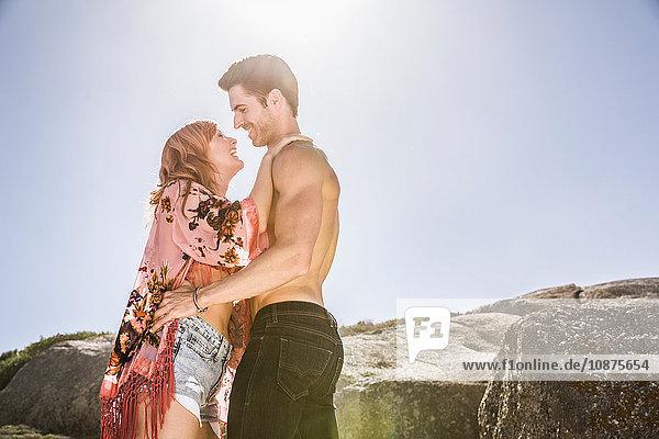Paar im Freien  von Angesicht zu Angesicht  lächelnd