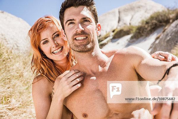 Porträt eines Paares im Freien  am Strand  lächelnd
