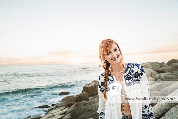 Porträt einer mittleren erwachsenen Frau am Strand bei Sonnenuntergang  Kapstadt  Südafrika