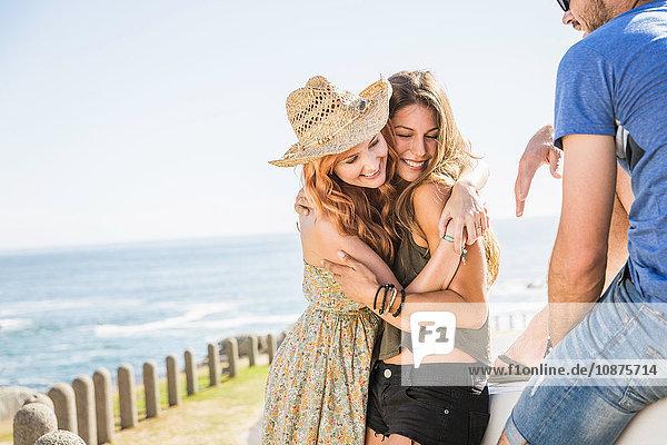 Mittlere erwachsene Freunde umarmen sich an der Küste  Kapstadt  Südafrika