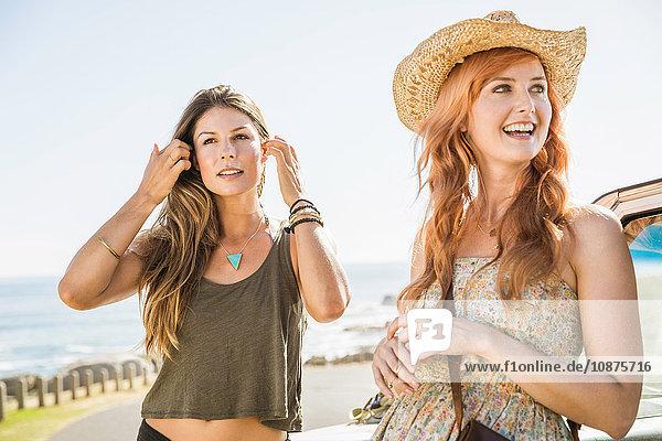 Zwei Freundinnen im mittleren Erwachsenenalter auf der Küstenstraße  Kapstadt  Südafrika