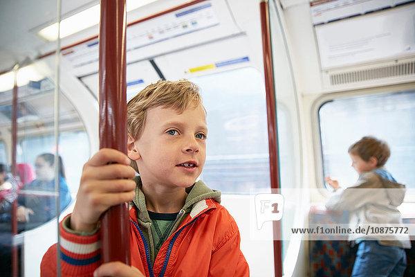 Jungen im U-Bahn-Wagen