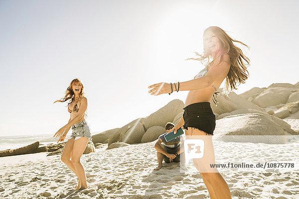 Erwachsene Freundinnen tanzen gemeinsam am Strand  Kapstadt  Südafrika