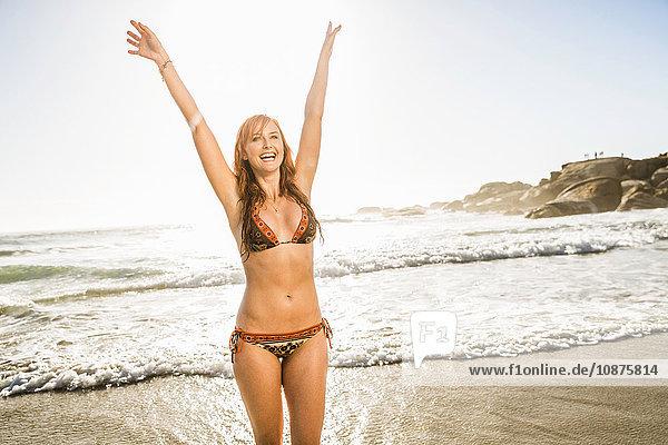 Mittlere erwachsene Frau im Bikini im Meer  Kapstadt  Südafrika