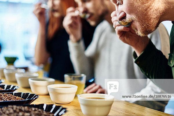 Verkostung von Kaffeeschüsseln im Team bei einer Coffee-Shop-Verkostung