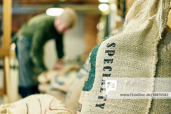 Nahaufnahme eines Sacks mit Kaffeebohnen-Spezialitäten im Lagerraum