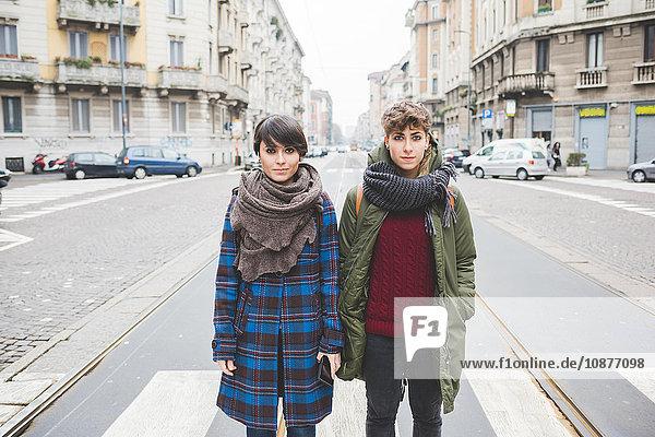 Porträt von zwei Schwestern auf der Straße stehend