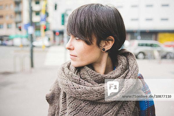 Junge Frau beim Spaziergang im Freien  Nahaufnahme