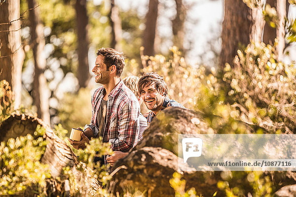 Zwei männliche Wanderer sitzen Kaffee trinkend im Wald  Deer Park  Kapstadt  Südafrika