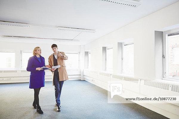 Kollegen  die durch ein leeres Büro gehen