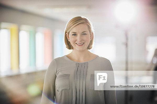 Porträt einer Frau in Bluse  die lächelnd in die Kamera schaut