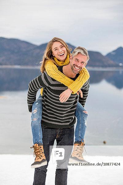 Porträt eines Mannes  der eine Frau auf dem Rücken trägt  Deutsche Alpen  Deutschland